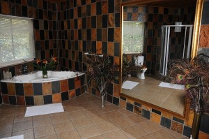Badezimmer in der Crocodile Lodge Midrand